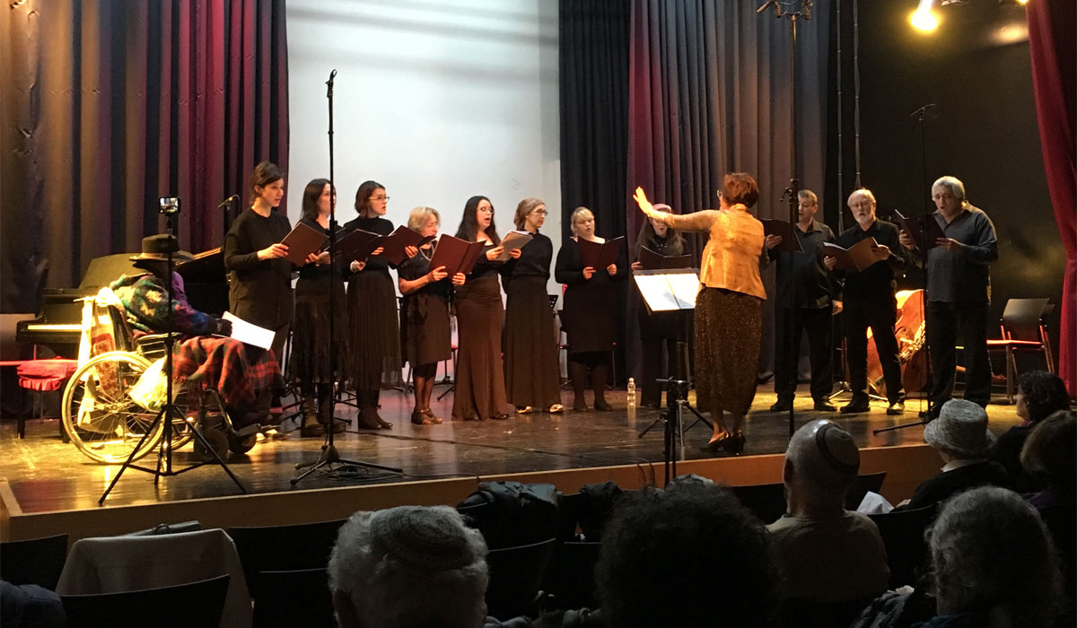 Efrat-Rachel Gerlich conducts the Halleluhu Vocal Ensemble